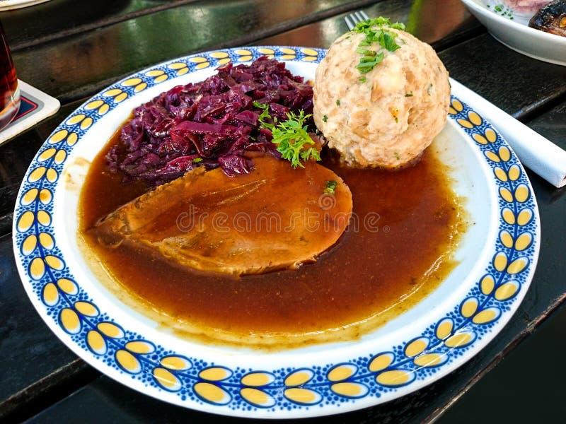 Sauerbraten bávaro de la carne de vaca, col roja foto de archivo