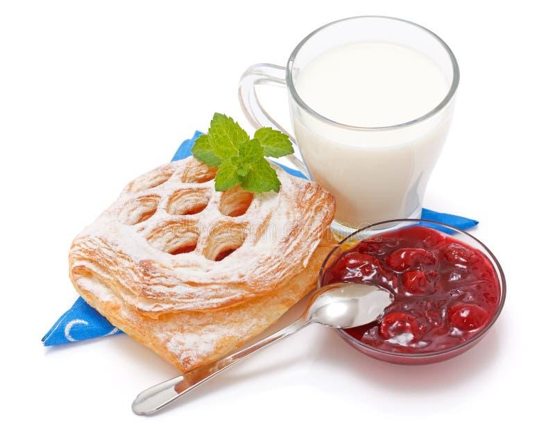 Download Sauerkirschenkuchen, Störung Und Ein Cup Milch Stockbild - Bild von kirsche, glänzend: 26367693