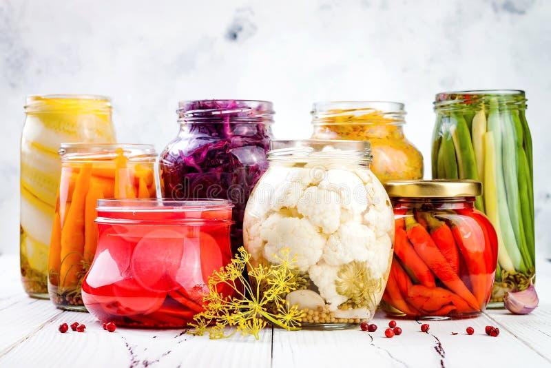 Sauerkraut και μαριναρισμένη ποικιλία τουρσιών που συντηρούν τα βάζα Σπιτικά παντζάρια κόκκινων λάχανων, turmeric γερμαναράς, στοκ φωτογραφίες