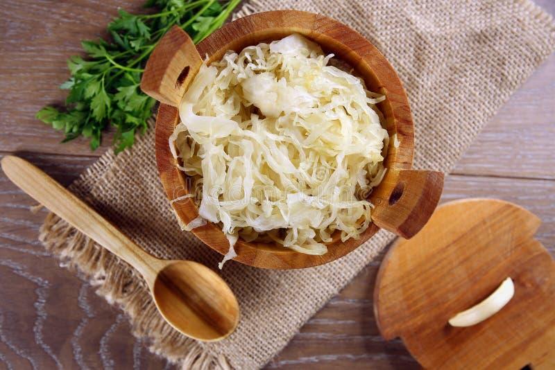 Sauerkraut в деревянном бочонке стоковые фото