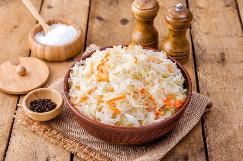 Sauerkraut в шаре глины стоковое фото