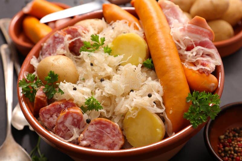 Sauerkraut и сосиска стоковые изображения rf