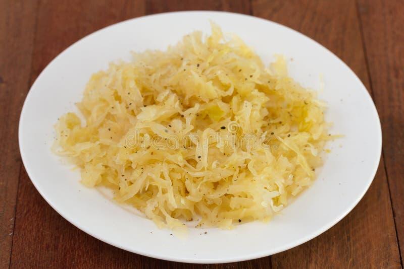 Sauerkraut на белой плите стоковая фотография rf