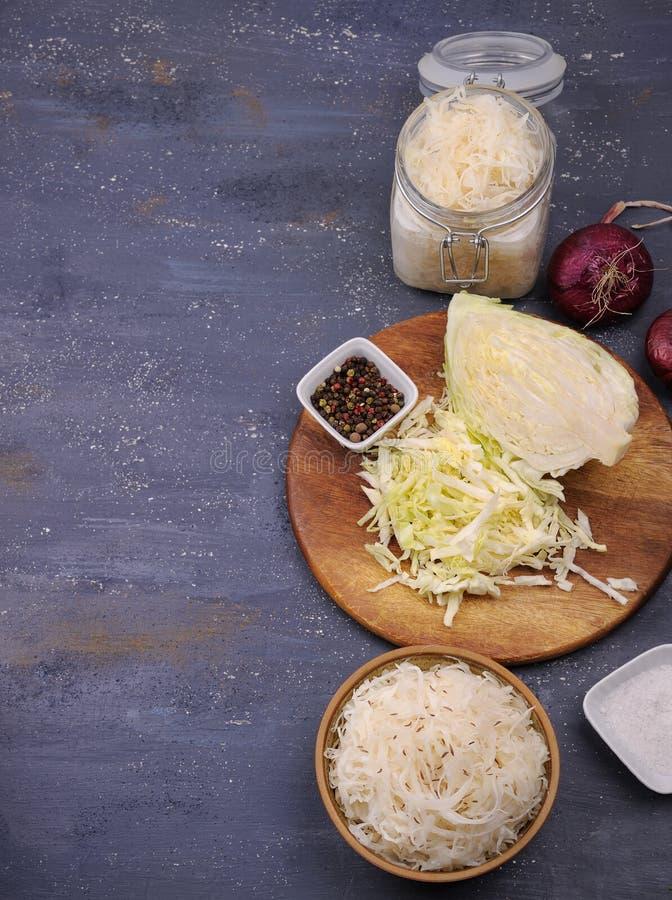 sauerkraut Подготовленный точно отрезал прокладки капусты стоковые фотографии rf