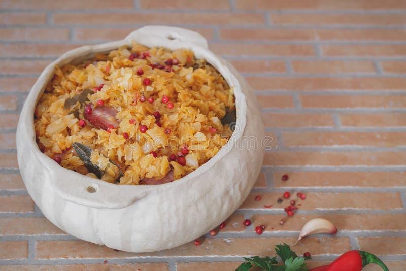 Sauerkraut с беконом в баке глиняного кувшина стоковое фото