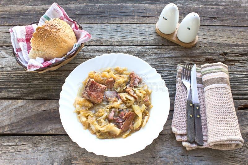 Sauerkraut с копченым мясом свинины стоковое изображение rf