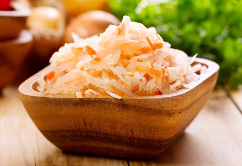 Sauerkraut in einer Schüssel stockbild