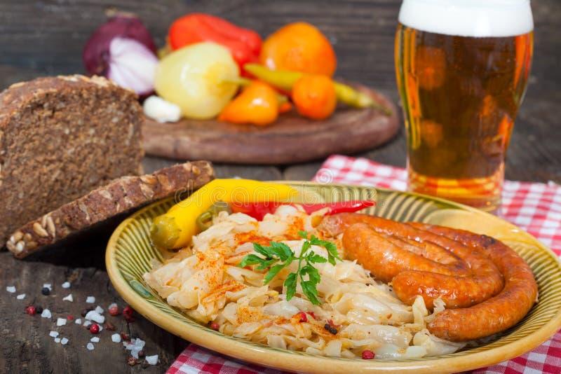 Sauerkraut, kiełbasy i piwo, fotografia stock