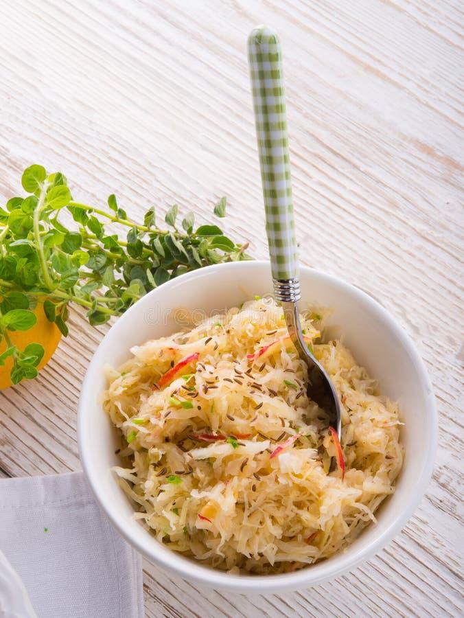 Sauerkraut mit Bestandteilen stockfotos