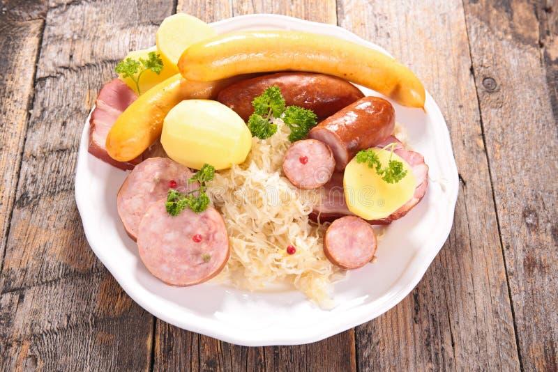 Sauerkraut och korv royaltyfri foto