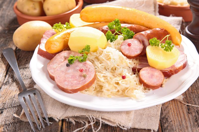 Sauerkraut och korv royaltyfri bild