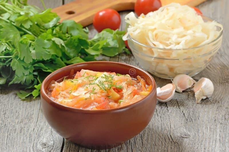 Sauerkraut polewka w ceramicznym pucharze zdjęcia royalty free