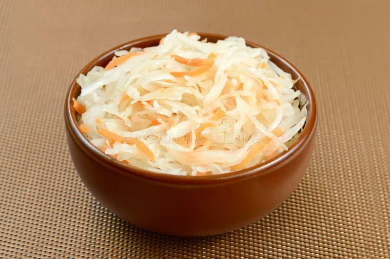 Sauerkraut w ceramicznym pucharze fotografia stock