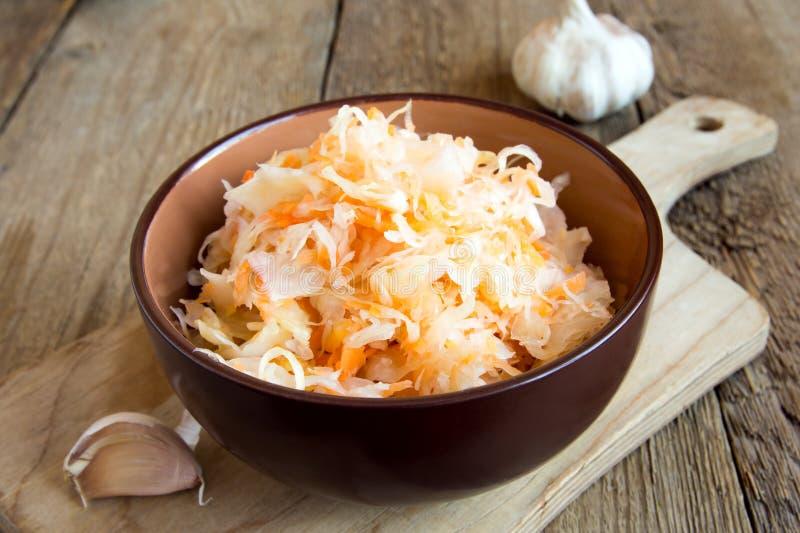 Sauerkraut w ceramicznym pucharze obraz stock