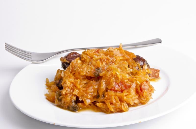 Sauerkraut w Polskim rodzaju z uwędzonym mięsem obraz stock