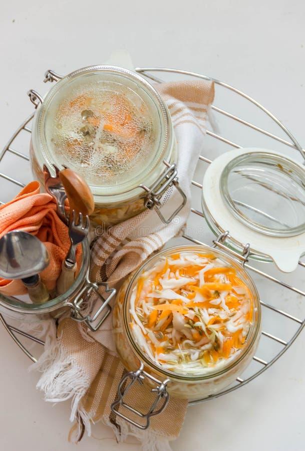 Sauerkraut z koperów ziarnami, selekcyjna ostrość fotografia stock