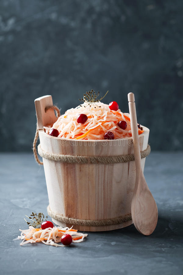 Sauerkraut z marchewkami i cranberries w drewnianym wiadrze obraz stock