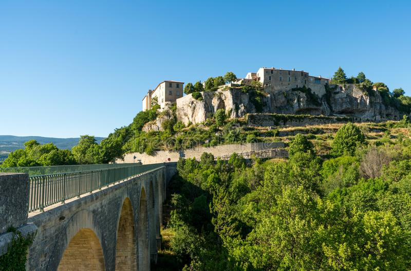 Sault, opinión del pueblo de Vaucluse, Provence Francia con el puente para entrar en el pueblo fotos de archivo