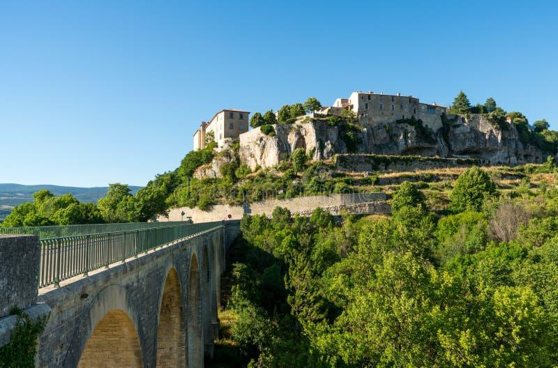 Sault, vista del villaggio di Valchiusa, Provenza Francia con il ponte per entrare nel villaggio fotografie stock