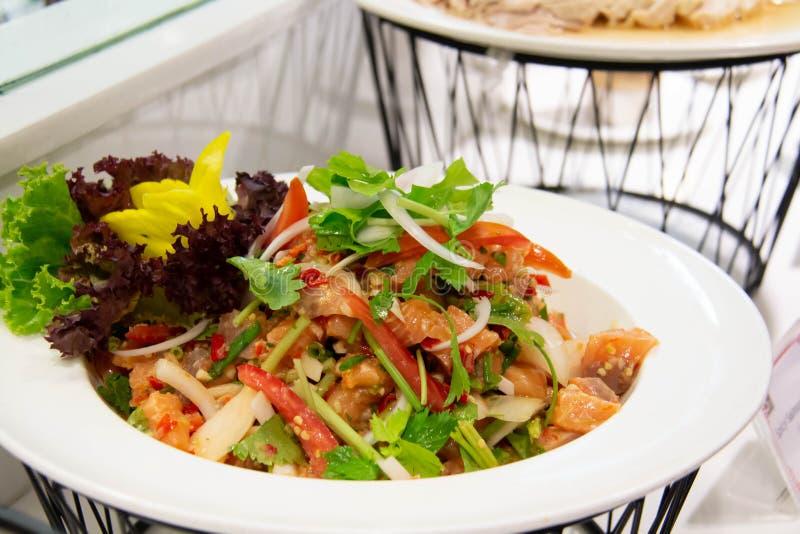 Saumon épicé salade thaï sur une assiette blanche photographie stock