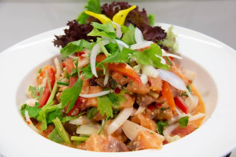 Saumon épicé salade thaï sur une assiette blanche image stock