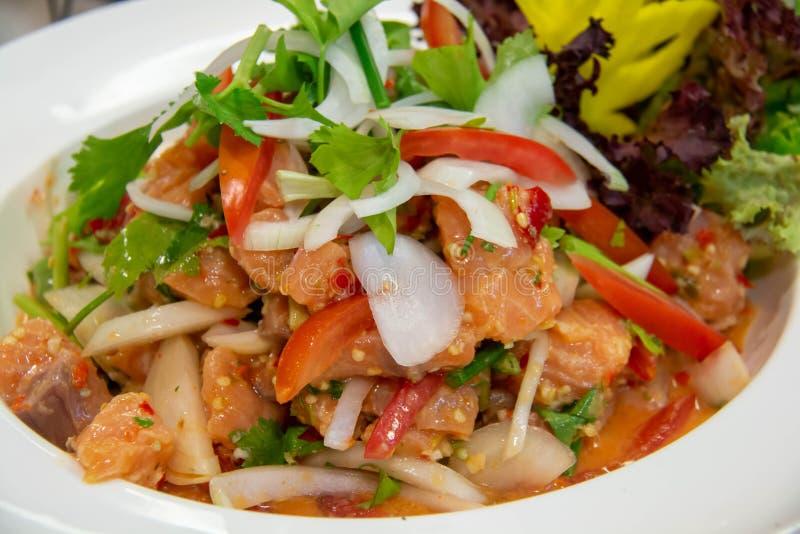 Saumon épicé salade thaï sur une assiette blanche photos stock