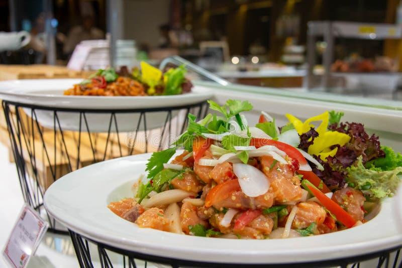 Saumon épicé salade thaï sur une assiette blanche photo stock