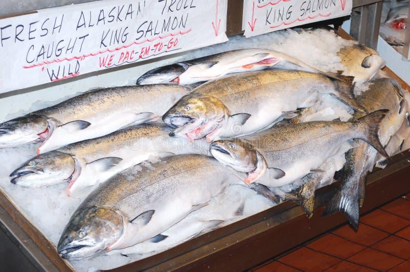 saumons atlantiques du marché de roi images stock