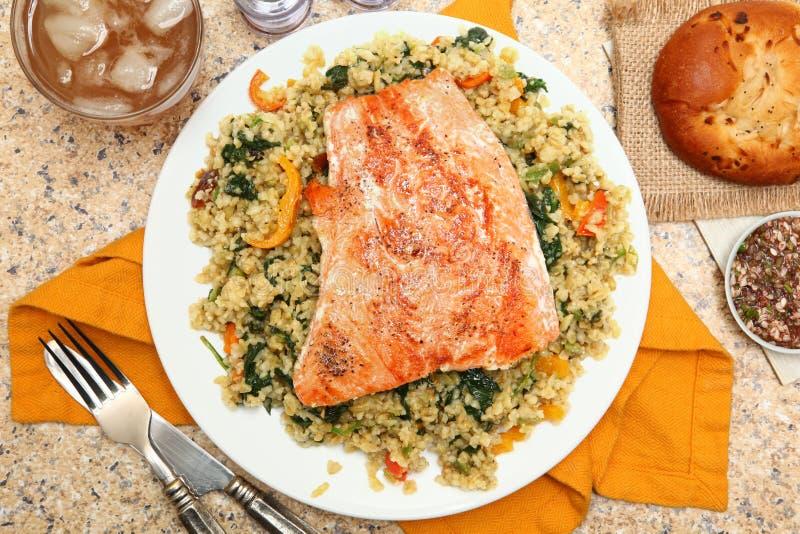 Saumons avec de la salade et le Salsa criqués Verde de Freekeh images libres de droits
