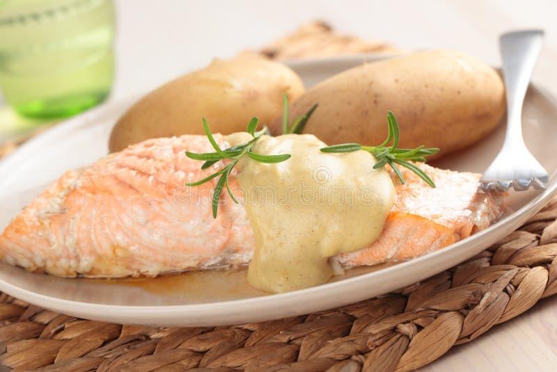 Saumons avec la pomme de terre image stock