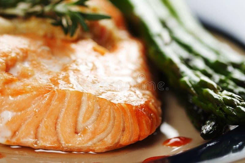 Saumons cuits au four images libres de droits