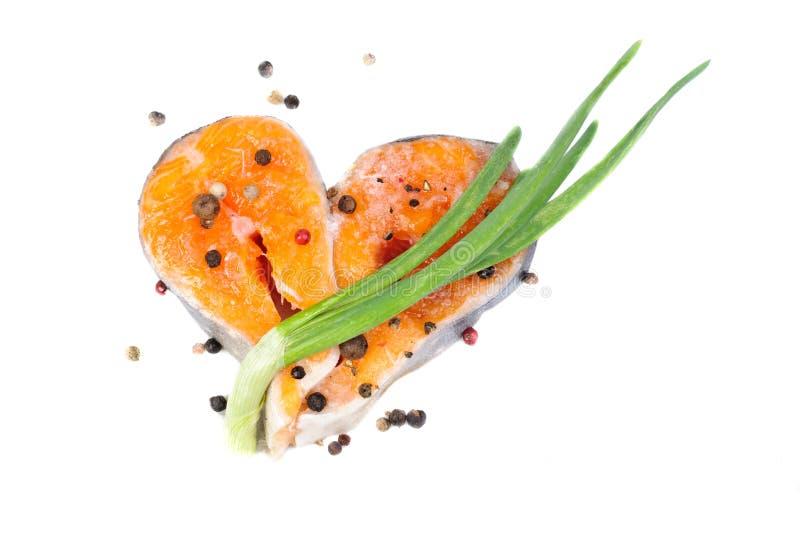 Saumons découpés en tranches comme forme de coeur photographie stock libre de droits