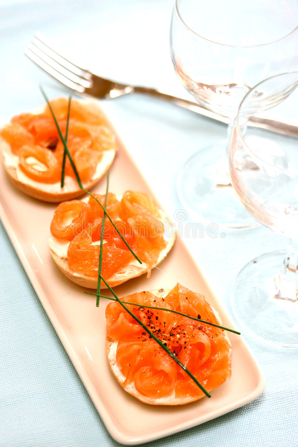 Download Saumons De Fumée Sur Le Fromage Fondu Image stock - Image du ciboulette, porcelaine: 2146657
