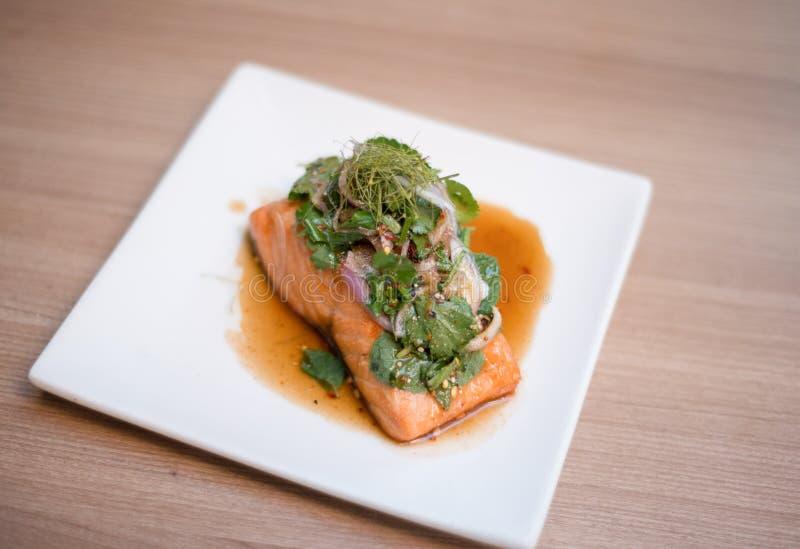 Saumons de Larb, salade thaïlandaise avec des saumons photos libres de droits