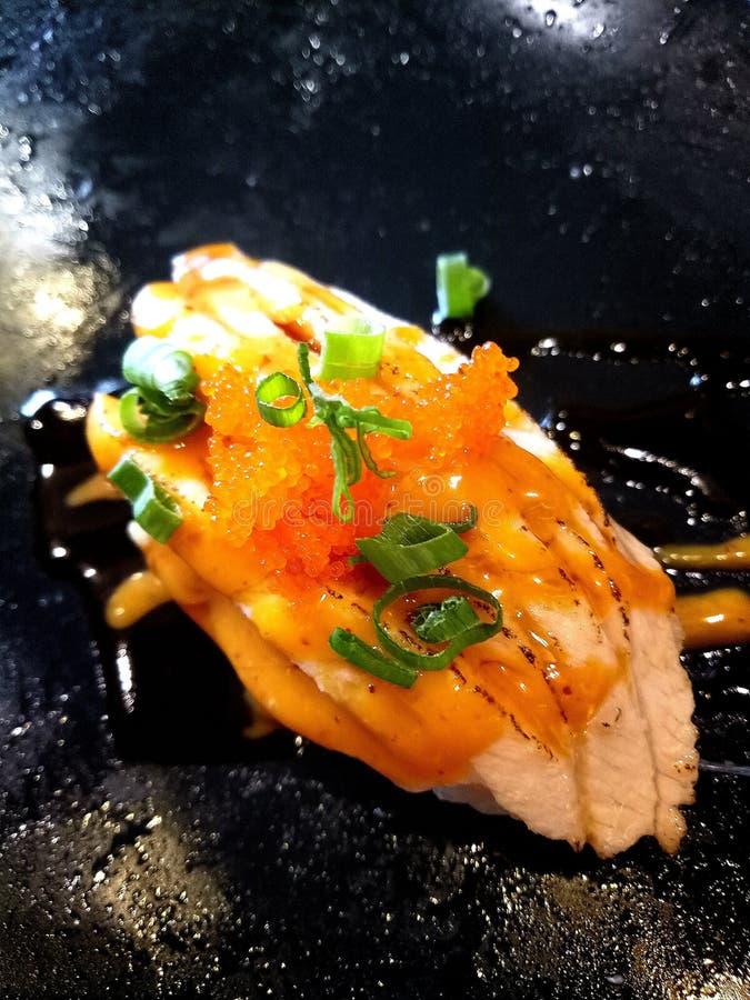 Saumons de sushi avec de la sauce brûlée photo libre de droits