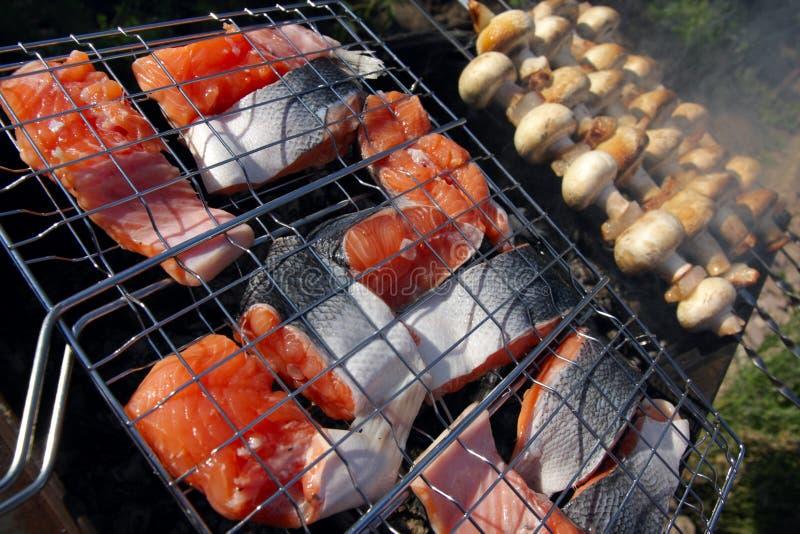 Saumons et champignons de couche grillés images libres de droits