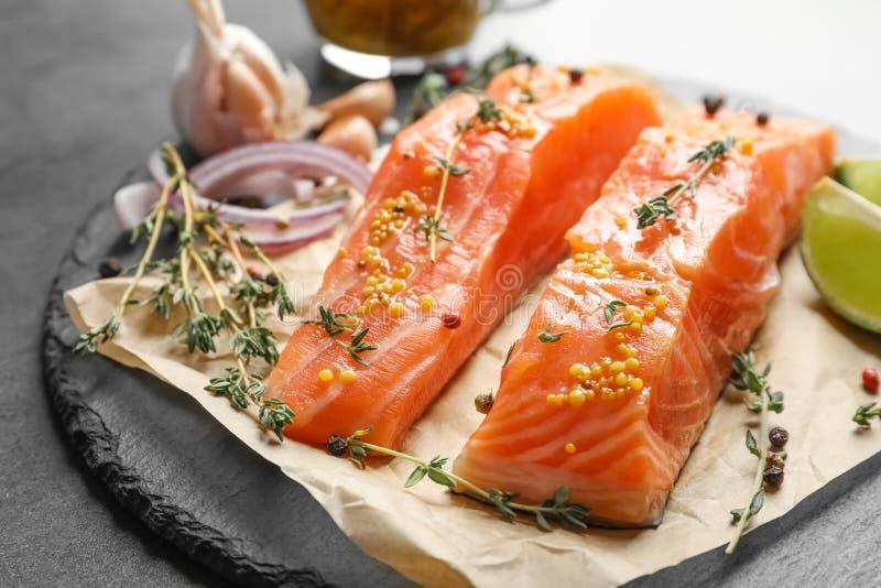 Saumons et ingrédients frais pour la marinade du plat d'ardoise image stock