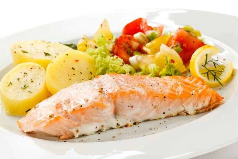 Saumons et légumes rôtis photographie stock libre de droits