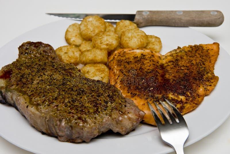 Saumons et pommes de terre de bifteck images stock