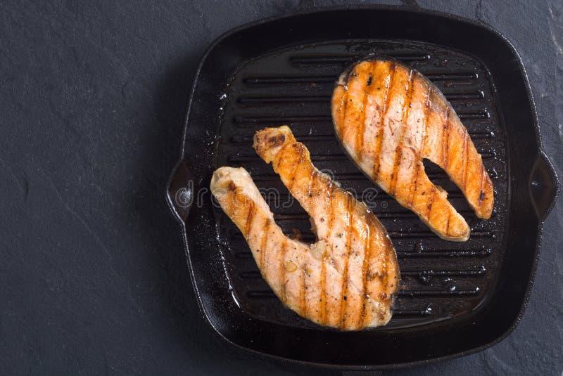 Saumons frais grillés images stock