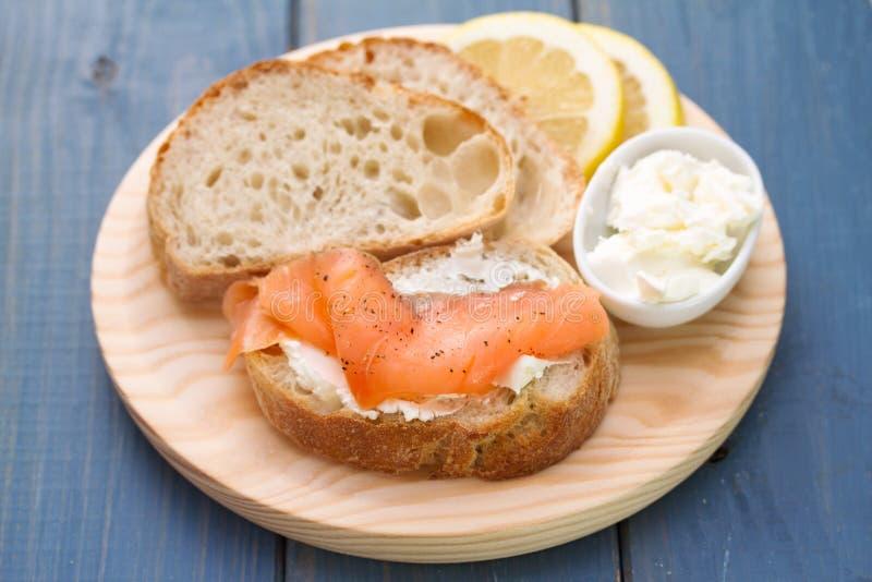 Saumons fumés avec du pain et le fromage frais images libres de droits
