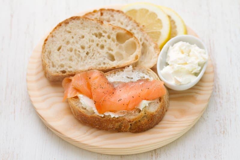 Saumons fumés avec du pain et le fromage frais photo libre de droits