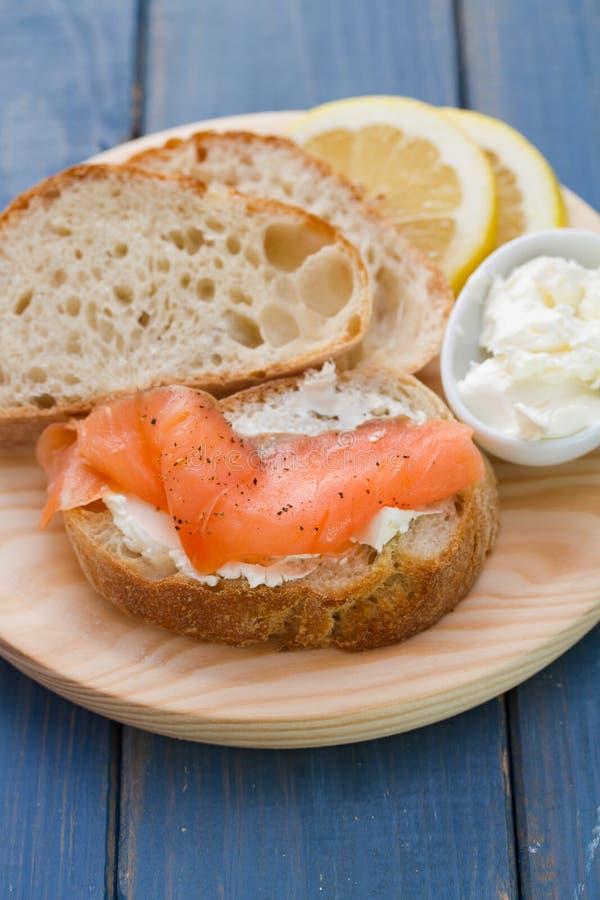 Saumons fumés avec du pain et le fromage frais photographie stock libre de droits