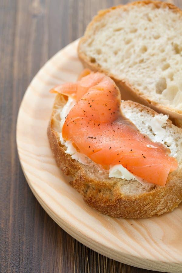 Saumons fumés avec du pain et le fromage frais photographie stock