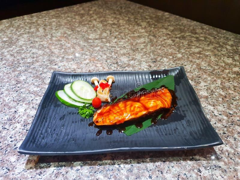 Saumons grillés avec des légumes photos libres de droits