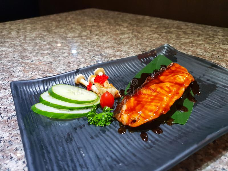Saumons grillés avec des légumes image libre de droits