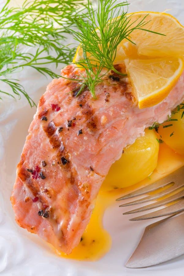 Saumons grillés avec l'aneth images libres de droits