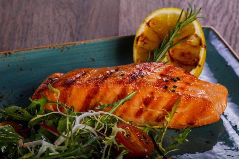 Saumons grillés avec le citron photos libres de droits