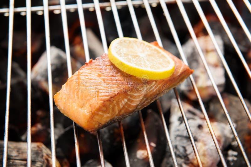 Saumons grillés avec le citron sur le gril flamboyant images libres de droits