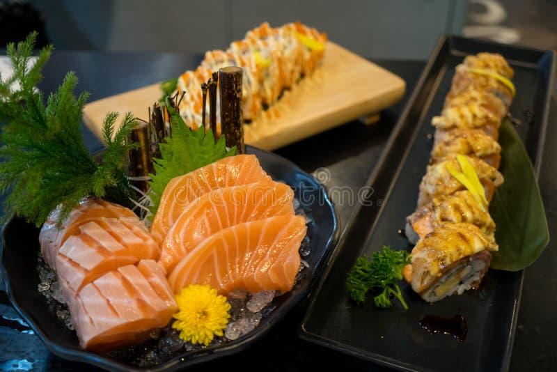 Saumons japonais en gros plan et sushi de sashimi image libre de droits
